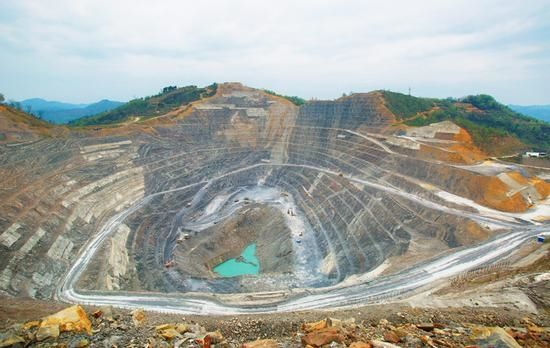 open-pit-gold-mine-HOT-Mining